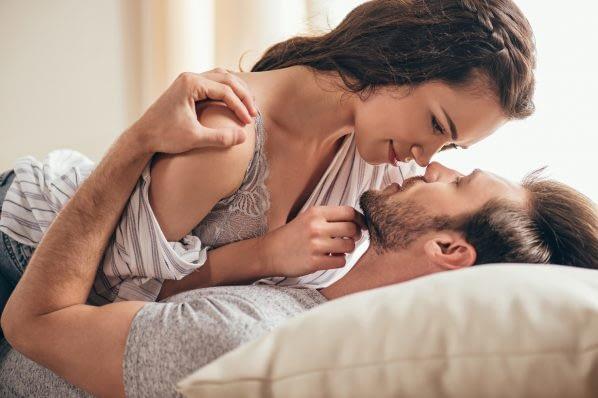 couple kissing 598x398 1